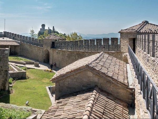 Prima Torre san marino montefeltro rimini medioevo ebike trekking visite guidate guida turistica centro storico eventi divertimento serale attività mare