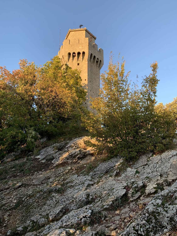Terza torre montale Santuario archeologico tanaccia passeggiata trekking sentiero guida escursionistica ambientale turistica san marino monte titano camminata rimini riccione san leo